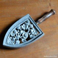 Antigüedades: ANTIGUO SOPORTE * PIE DE PLANCHA DE METAL Y MANGO DE MADERA * PLANCHERO * ORNAMENTADO CON FLORES. Lote 146557650