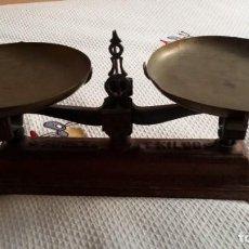 Antigüedades: BALANZA CON SUS PLATOS ORIGINALES. Lote 146644602