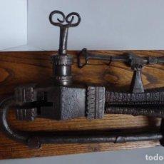 Antigüedades: GRAN CANDADO DE UN TEMPLO DE KATMANDÚ - NEPAL. Lote 146805138