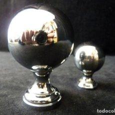 Antigüedades: LOTE DE 2 ANTIGUOS POMOS TIRADORES PASAMANOS. BOLA ESFERA. METAL CROMADO, 9 - 5,7 CM. DECORACIÓN. (1. Lote 146840742
