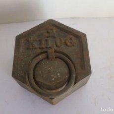 Antigüedades: PESA DE 2 KILOS EXAGONAL. Lote 146892722