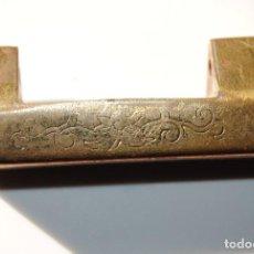 Antigüedades: ANTIGUO CANDADO CHINO DE LATÓN. Lote 147043782