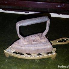 Antigüedades: PEQUEÑA PLANCHA CON PLANCHERO DE LATON. Lote 147045778
