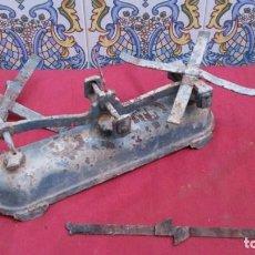 Antigüedades: ANTIGUA BALANZA O BASCULA DE PESAS DE HIERRO FORJADO PARA RESTAURAR. Lote 147079938