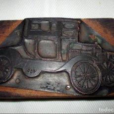 Antigüedades: RARO Y ANTIGUO TAMPÓN O PLANCHA DE IMPRENTA CON FIGURA DE AUTO CLÁSICO FORD T O SIMILAR.. Lote 147087262