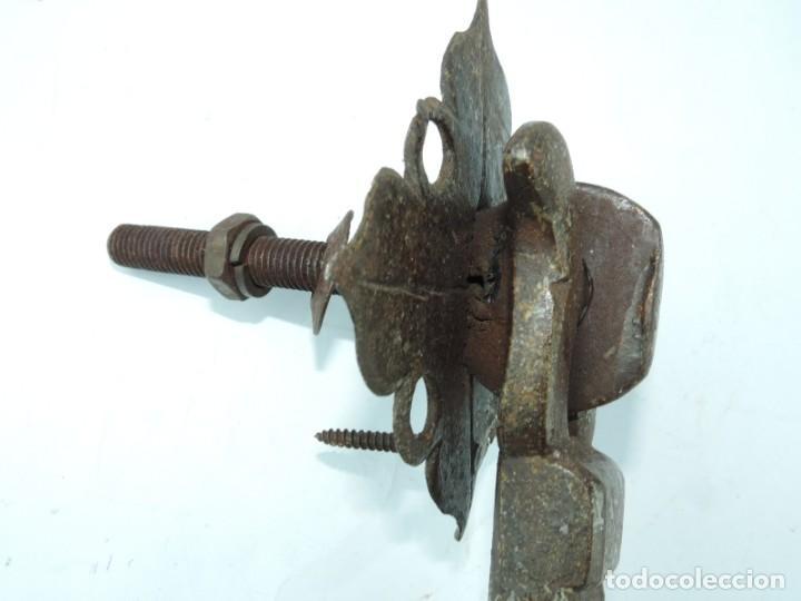 Antigüedades: Gran Aldaba Llamador zoomorfo, siglo XVII-XVIII, realizado en hierro forjado con forma de cabeza de - Foto 9 - 147124166