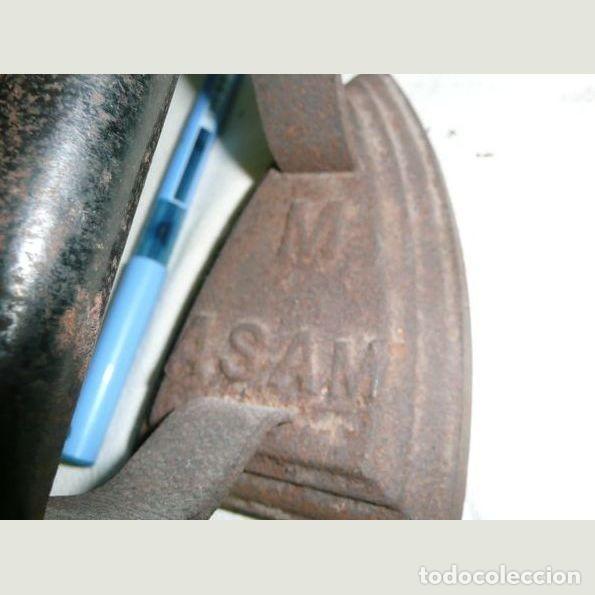 Antigüedades: Lote de seis planchas cuatro con su soporte Una de las planchas es eléctrica. - Foto 2 - 147231938