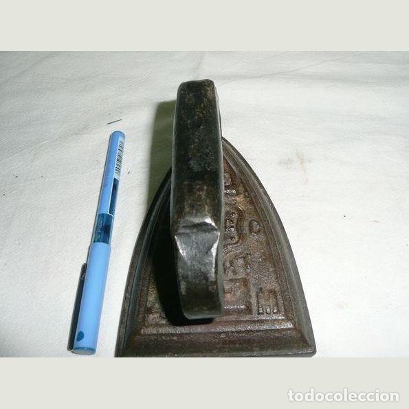 Antigüedades: Lote de seis planchas cuatro con su soporte Una de las planchas es eléctrica. - Foto 3 - 147231938