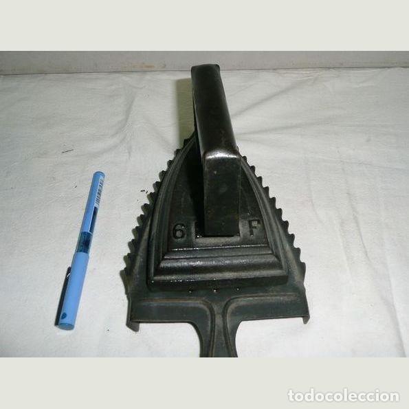 Antigüedades: Lote de seis planchas cuatro con su soporte Una de las planchas es eléctrica. - Foto 5 - 147231938