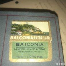 Antigüedades: FUNDA DE HOJA DE AFEITAR BASCONIA MUY RARA, RAZOR BLADE, LAMETTA DA BARBA, ENVOLTORIO, LA FOTOGRAFI. Lote 147310506