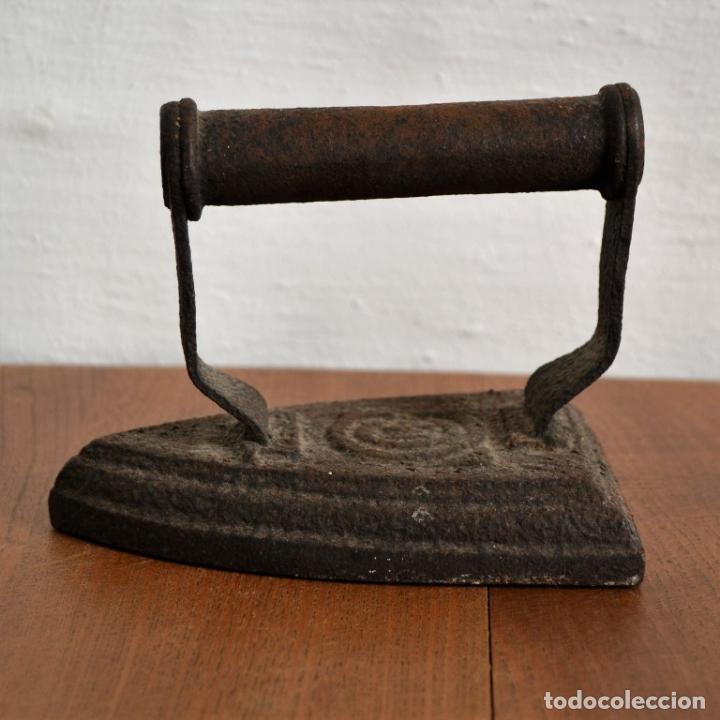 Antigüedades: ANTIGUA PLANCHA MACIZA DE HIERRO * INICIAL M - Foto 2 - 147347622