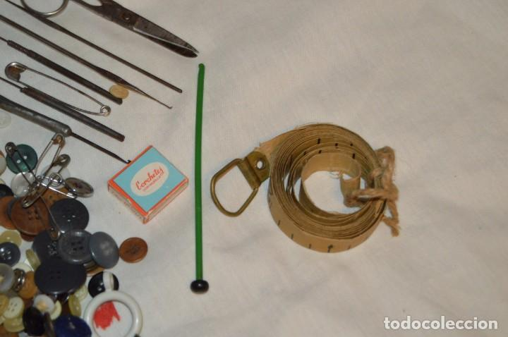 Antigüedades: VINTAGE - ENORME LOTE DE BOTONES, HILOS, CINTA MÉTRICA Y DEMÁS ÚTILES DE COSTURA - ENV 24H - Foto 4 - 147396322