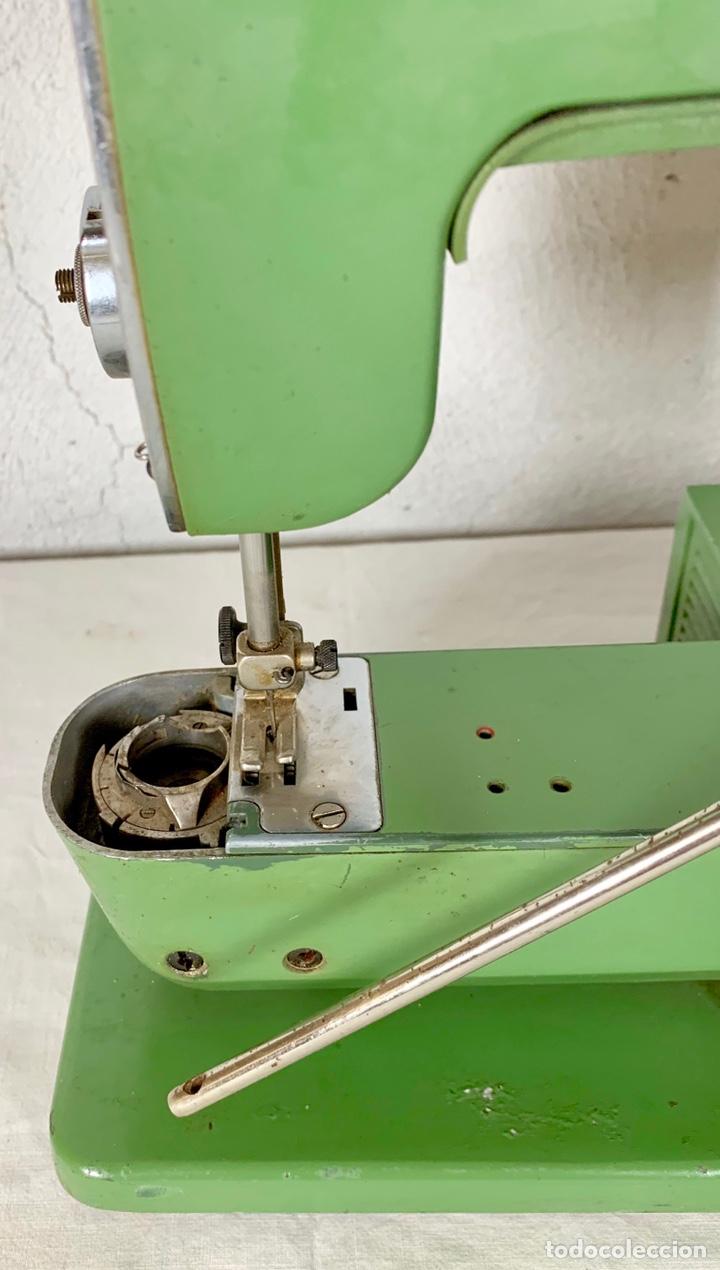 Antiquitäten: Curiosa maquina de coser ELNA de campaña militar, años 40 - 50 - Foto 6 - 147431010