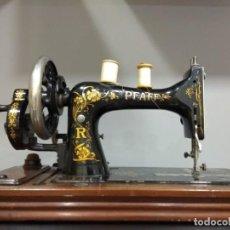 Antigüedades: MAQUINA DE COSER PFAFF 1910 CON CAJA. Lote 150077196