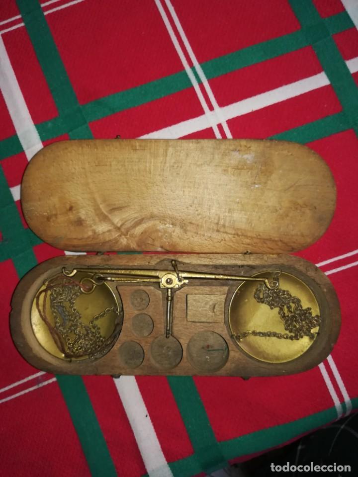 Antigüedades: BÁSCULA PEQUEÑA ANTIGUA PARA PESAR ORO CON CAJA - Foto 2 - 147680226