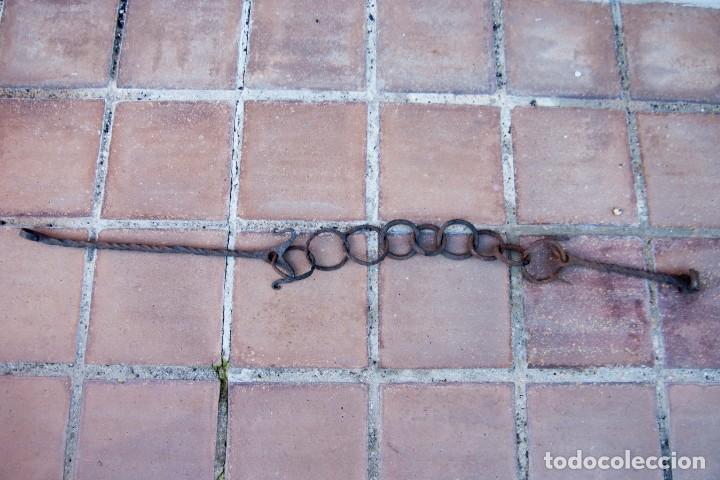 Antigüedades: M43.- MUY ANTIGUA Y GRAN CADENA DE HIERRO FORJADO. ESLABONES IRREGULARES. MIDE 128 CM. DE LARGO - Foto 3 - 147688242