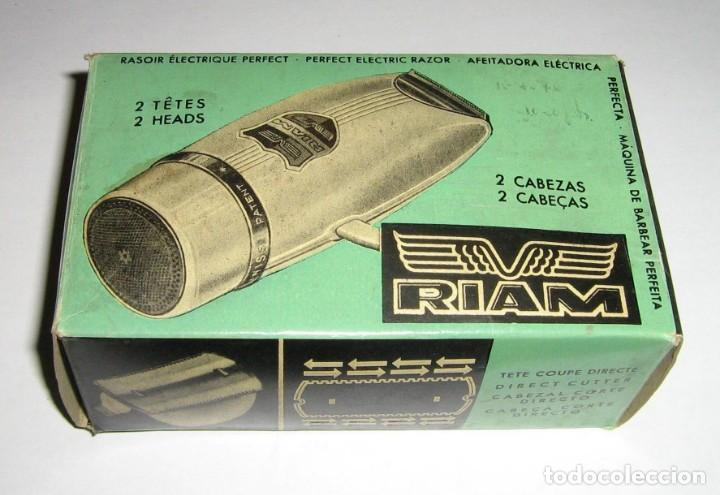 MAQUINILLA DE AFEITAR ELÉCTRICA PARA COCHE A 6/12 VOLTS. RIAM, BARCELONA,1960. CAJA E INSTRUCCIONES. (Antigüedades - Técnicas - Barbería - Maquinillas Antiguas)