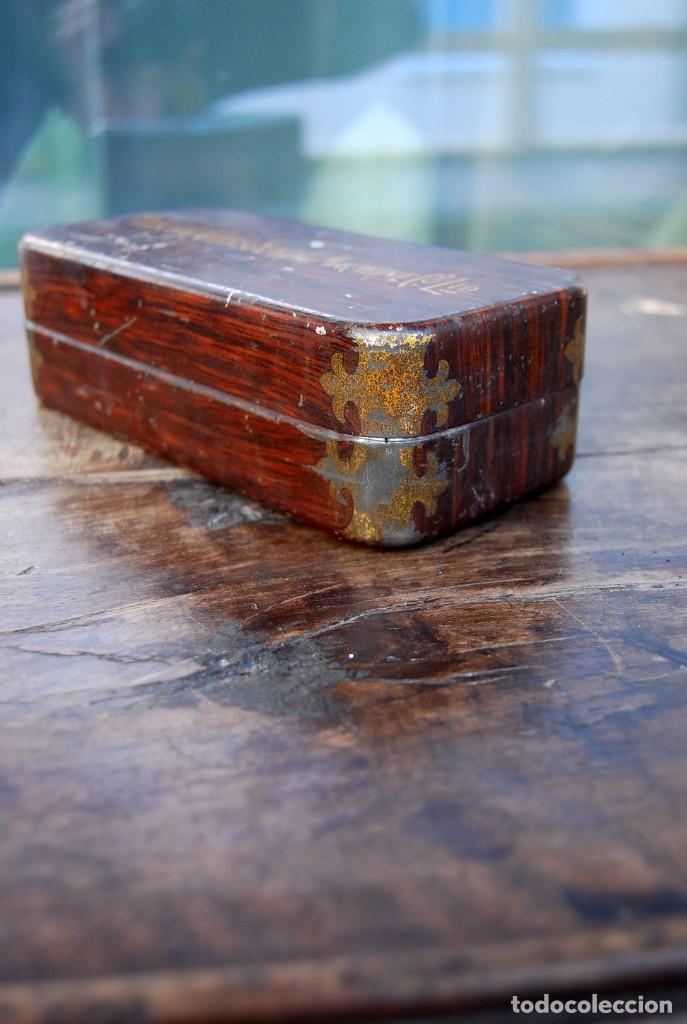 Antigüedades: EXCLUSIVA CAJA DE ACCESORIOS PARA MAQUINA DE COSER WILLCOX & GIBBS SIGLO XIX - Foto 3 - 147947146