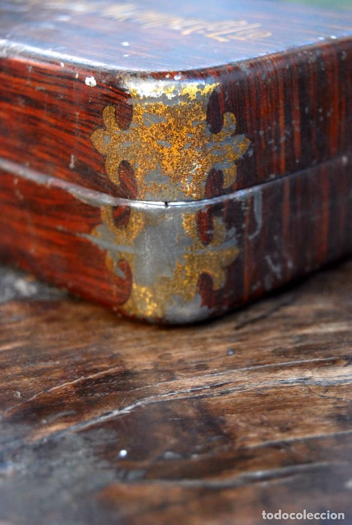 Antigüedades: EXCLUSIVA CAJA DE ACCESORIOS PARA MAQUINA DE COSER WILLCOX & GIBBS SIGLO XIX - Foto 4 - 147947146