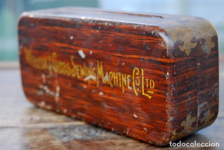 Antigüedades: EXCLUSIVA CAJA DE ACCESORIOS PARA MAQUINA DE COSER WILLCOX & GIBBS SIGLO XIX - Foto 5 - 147947146