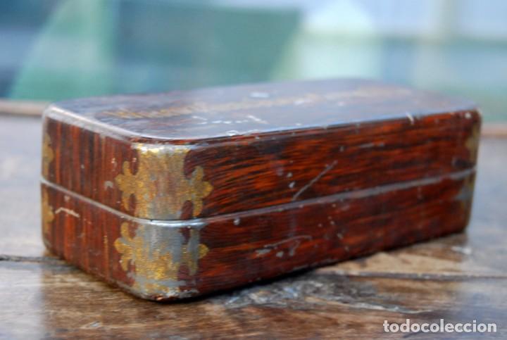 Antigüedades: EXCLUSIVA CAJA DE ACCESORIOS PARA MAQUINA DE COSER WILLCOX & GIBBS SIGLO XIX - Foto 7 - 147947146
