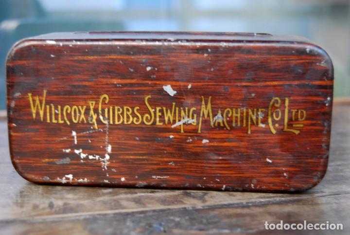 Antigüedades: EXCLUSIVA CAJA DE ACCESORIOS PARA MAQUINA DE COSER WILLCOX & GIBBS SIGLO XIX - Foto 10 - 147947146