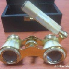 Antigüedades: BONITOS BINOCULARES-PRISMATICOS-IMPERTINENTES DE TEATRO EN NACAR CON MANGO . Lote 150138881