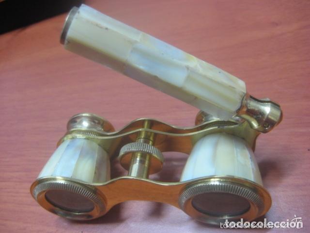 Antigüedades: BONITOS BINOCULARES-PRISMATICOS-IMPERTINENTES DE TEATRO EN NACAR CON MANGO - Foto 3 - 150138881