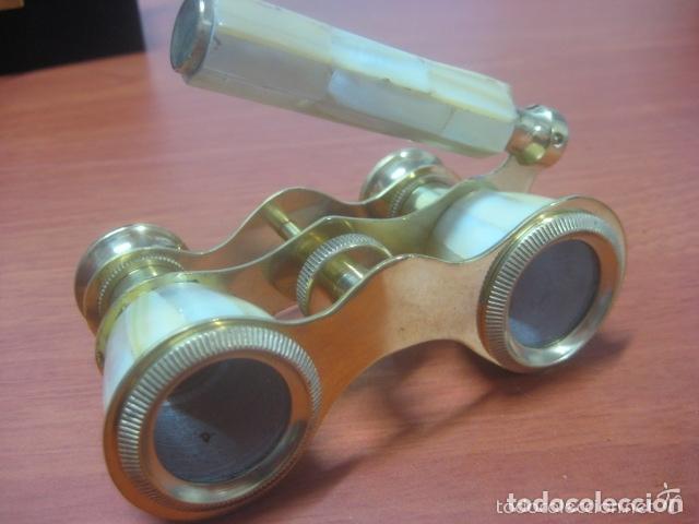 Antigüedades: BONITOS BINOCULARES-PRISMATICOS-IMPERTINENTES DE TEATRO EN NACAR CON MANGO - Foto 4 - 150138881