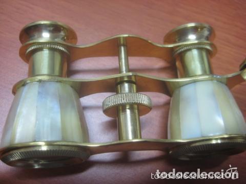 Antigüedades: BONITOS BINOCULARES-PRISMATICOS-IMPERTINENTES DE TEATRO EN NACAR CON MANGO - Foto 6 - 150138881