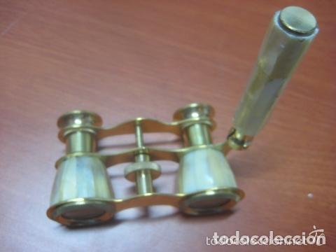 Antigüedades: BONITOS BINOCULARES-PRISMATICOS-IMPERTINENTES DE TEATRO EN NACAR CON MANGO - Foto 7 - 150138881