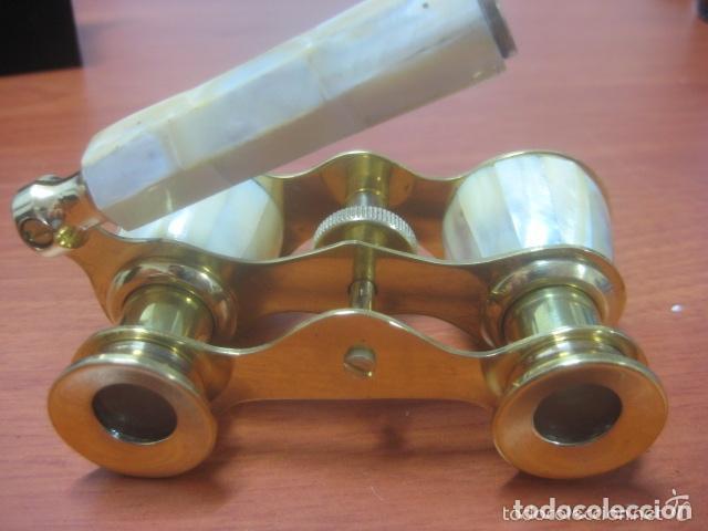Antigüedades: BONITOS BINOCULARES-PRISMATICOS-IMPERTINENTES DE TEATRO EN NACAR CON MANGO - Foto 9 - 150138881