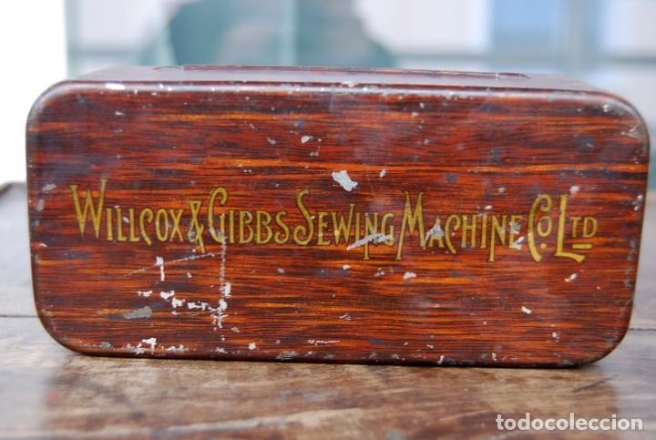 Antigüedades: EXCLUSIVA CAJA DE ACCESORIOS PARA MAQUINA DE COSER WILLCOX & GIBBS SIGLO XIX - Foto 2 - 147947146