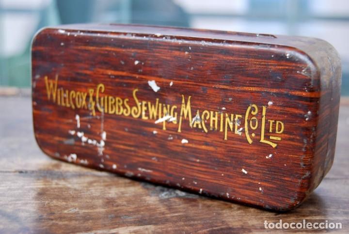 EXCLUSIVA CAJA DE ACCESORIOS PARA MAQUINA DE COSER WILLCOX & GIBBS SIGLO XIX (Antigüedades - Técnicas - Máquinas de Coser Antiguas - Complementos)