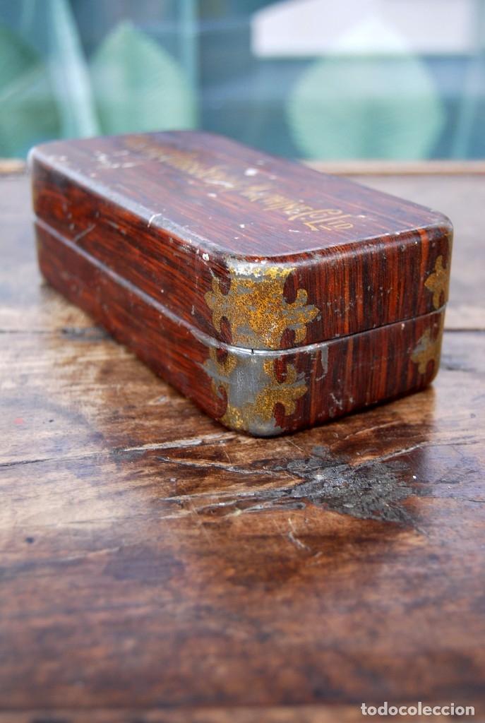 Antigüedades: EXCLUSIVA CAJA DE ACCESORIOS PARA MAQUINA DE COSER WILLCOX & GIBBS SIGLO XIX - Foto 12 - 147947146