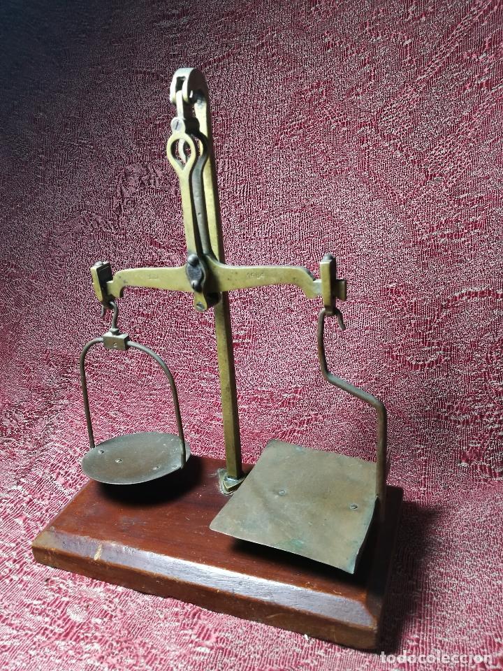 Antigüedades: antigua bascula balanza bronce de precision farmacia 1967 firmada satish toweigh 117 gr..class c - Foto 2 - 148165078