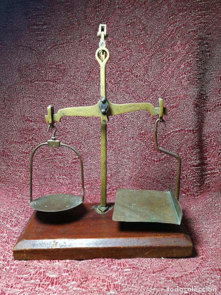 Antigüedades: antigua bascula balanza bronce de precision farmacia 1967 firmada satish toweigh 117 gr..class c - Foto 3 - 148165078