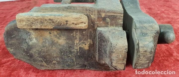 Antigüedades: CONJUNTO DE 2 SARGENTOS Y TORNILLO DE BANCADA PARA CARPINTERÍA. SIGLO XIX-XX. - Foto 9 - 148262050