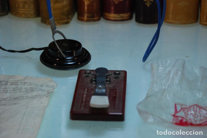 Antigüedades: LOTE TELÉGRAFO PARA CÓDIGO MORSE - CASCOS - PULSADOR CON CÓDIGO IMPRESO - HOJAS CON CÓDIGO - ETC.. - Foto 2 - 148289462
