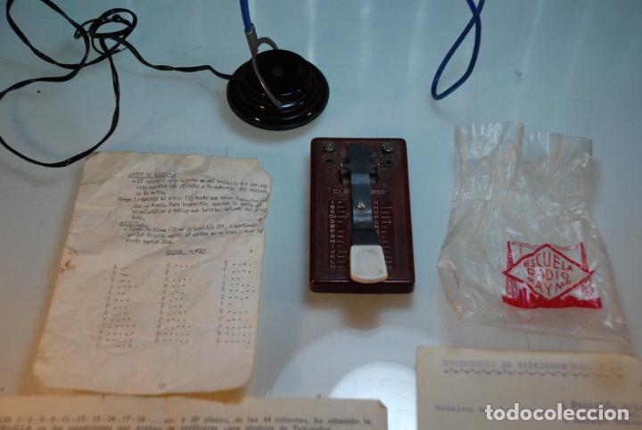 Antigüedades: LOTE TELÉGRAFO PARA CÓDIGO MORSE - CASCOS - PULSADOR CON CÓDIGO IMPRESO - HOJAS CON CÓDIGO - ETC.. - Foto 7 - 148289462