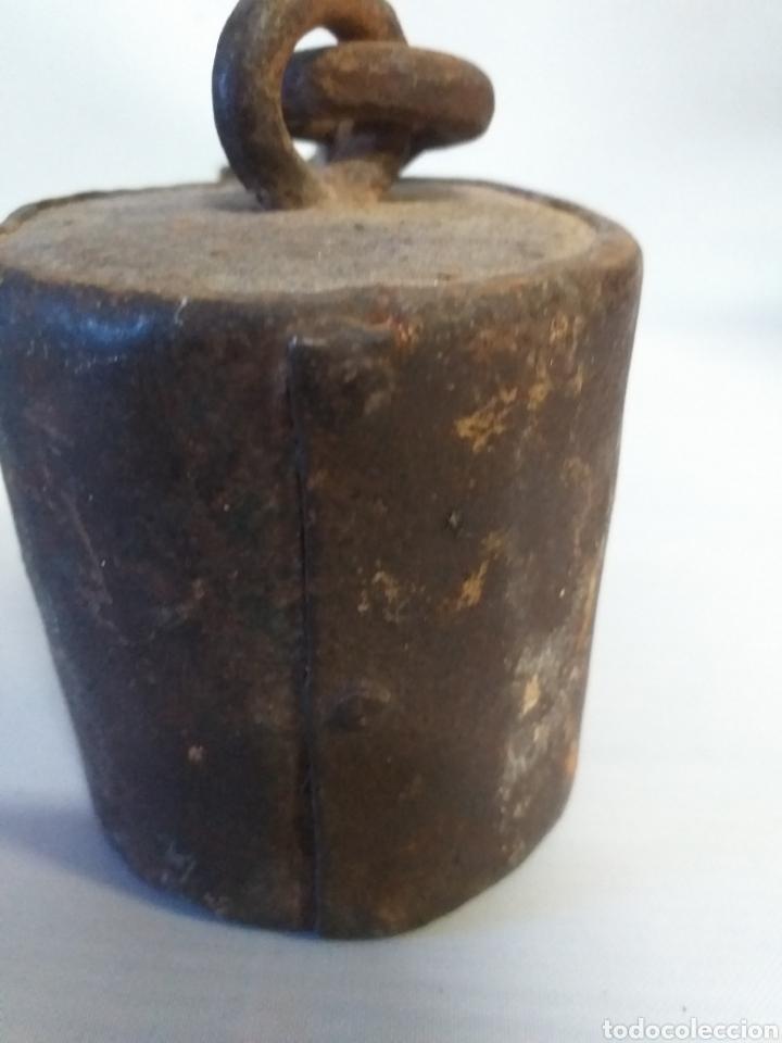 Antigüedades: Antigua contra pesa de romana, muy antigua, es de hierro toda, . Toda remachada. Unica - Foto 4 - 148642009