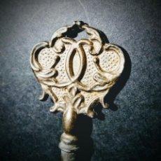 Antigüedades: PRECIOSA LLAVE ANTIGUA ORNAMENTADA DE BRONCE ANTIQUE UNIQUE. Lote 148648530