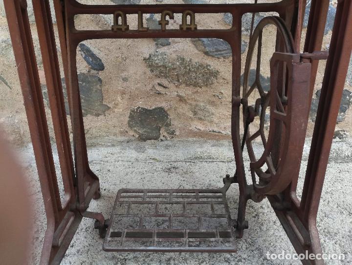Antigüedades: MÁQUINA COSER ALFA. BUEN ESTADO. MADERA MESA PRECISA RESTAURACIÓN. OJO! VER CONDICIONES ENVIO - Foto 11 - 262819970