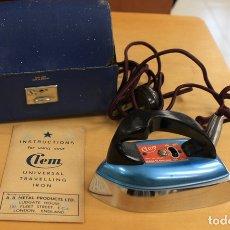 Antigüedades: PLANCHA ELECTRICA DE VIAJE CLEM. MADE IN ENGLAND. ORIGINAL EN ESTUCHE, AÑOS 50. Lote 148915889