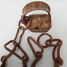 Antigüedades: ANTIGUO CANDADO GRILLETE CON TRABAS DE HIERRO FORJADO. SIN LLAVE.. Lote 149004640
