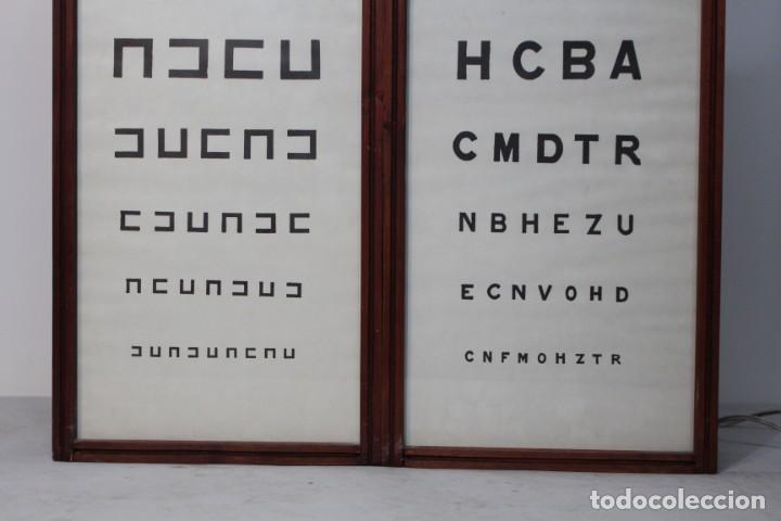 Antigüedades: Magnifico Optometro Ulloa Optico Madrid, símbolos a dos caras e iluminados, muy cuidado - Foto 2 - 149522486