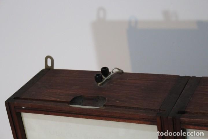Antigüedades: Magnifico Optometro Ulloa Optico Madrid, símbolos a dos caras e iluminados, muy cuidado - Foto 5 - 149522486