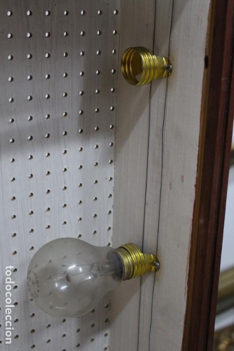 Antigüedades: Magnifico Optometro Ulloa Optico Madrid, símbolos a dos caras e iluminados, muy cuidado - Foto 7 - 149522486