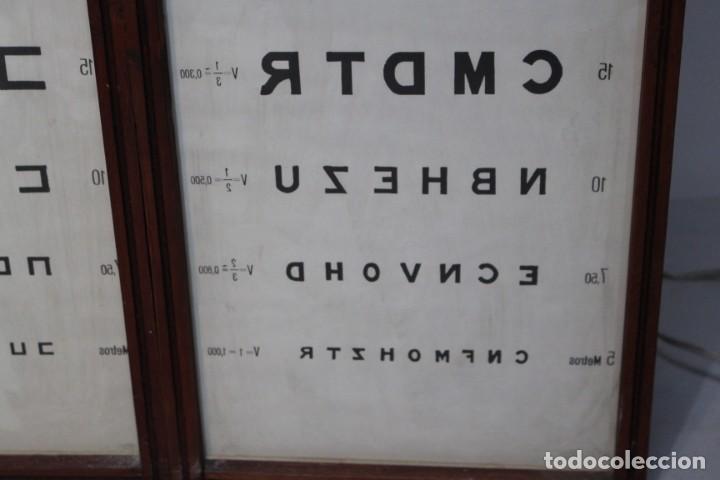 Antigüedades: Magnifico Optometro Ulloa Optico Madrid, símbolos a dos caras e iluminados, muy cuidado - Foto 11 - 149522486