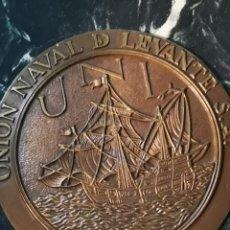 Antigüedades: UNION NAVAL DE LEVANTE. PLACA DE BRONCE. PESO: 2 KG. Ø: 21,5 CM.. Lote 149631040